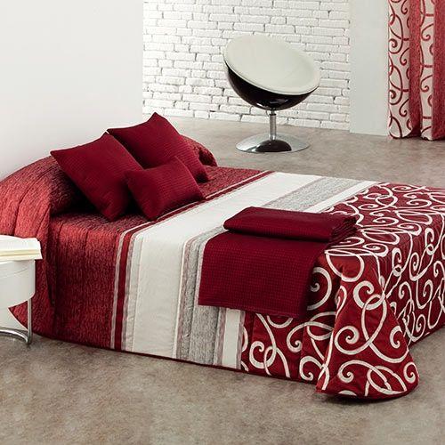Elegante y distinguida imagen que nos presenta el edredón Bet de Reig Martí, en tejido Jacquard. El acolchado tiene un tacto agradable. El producto está disponible en cinco colores: gris, rojo, azul, marrón y morado.