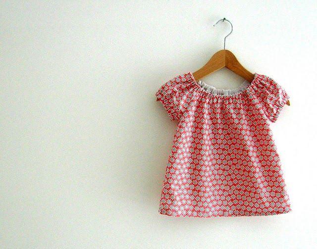 Ik nam uit de kast: een klein lapje stof en een mini patroontje  voor een bloesje/jurkje voor een zes maanden oud babymeisje. Voor Lili dus...
