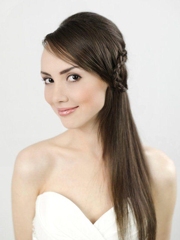 Auch diese natürliche Brautfrisur hat es uns angetan. Wenn ihr bei der Hochzeit die Haare offen und glatt tragen wollt, ist es besonders wichtig, ein Anti-Frizz-Produkt (z.B. das Two Smooth 03 von Redken) zu verwenden.