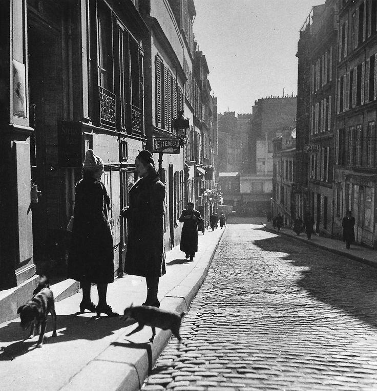 Robert Doisneau - Rue Tholozé, Montmartre, Paris, 1935.