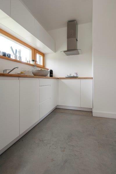 Kuchnia Simple House - widok od strony jadalni. Fot. Bautech Futura