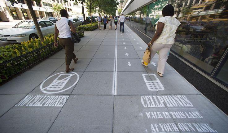 Lee Sí, usar el smartphone cuando caminas es aceptable socialmente, pero no cuando comes