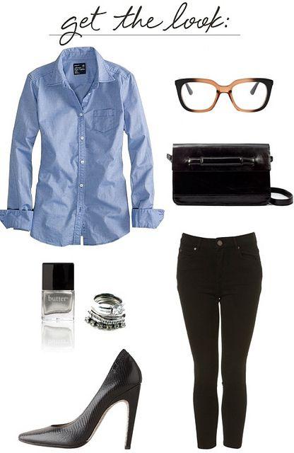 Camisa azul, jeans preto, scarpin. Look lindo para o dia a dia no trabalho.