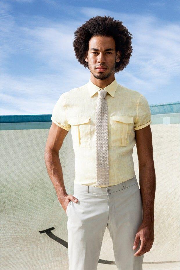 GQ Brasil - Camisa de linho Ricardo Almeida R$ 598 | Calça Hermès R$ 2.050 | Gravata Hugo Boss R$ 615 (Foto: Franco Amendola)