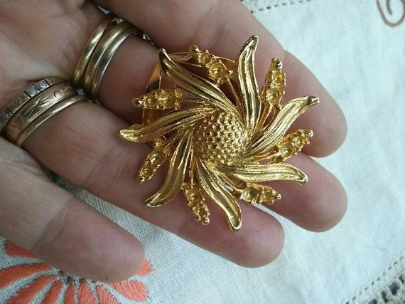 Check out this item in my Etsy shop https://www.etsy.com/au/listing/501009896/vintage-gold-tone-flower-dress-clip
