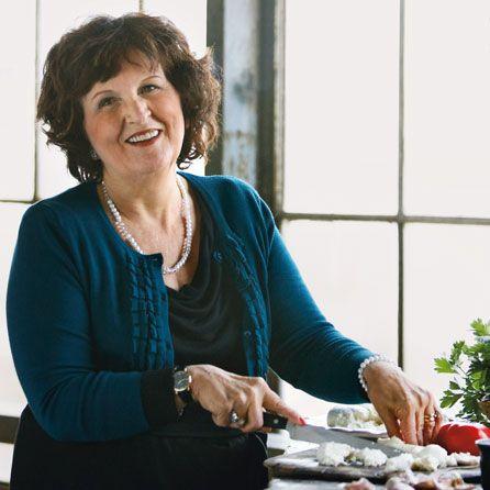 """Grazia Mirabelli. Grazia er født i Napoli, og er mor til Monica Sinvani. Derudover har hun en søn og er """"nonna"""" til 3 børnebørn, som hun elsker at lave mad sammen med. Grazia underviser i dag både børn og voksne i italiensk."""