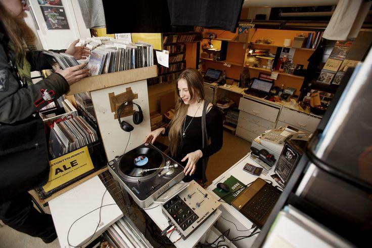 """LP-levyjä keräilevä Roope Lehto, 31, haki joululahjaa äidilleen, tosin cd:nä. """"Vähän jotain kokeellisempaa. Viime vuonna hankin äidille täältä Faarao Pirttikankaan levyn. Tykkäsi. Tänä vuonna taidan antaa Toivo Suden levyn."""""""