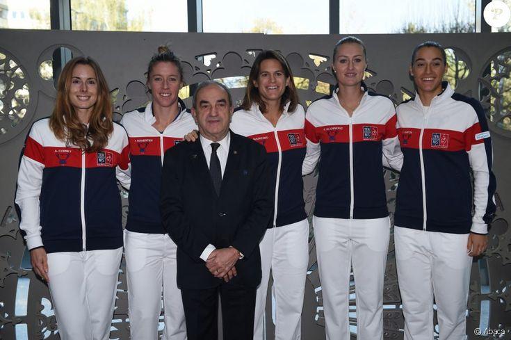 Pauline Parmentier, Kristina Mladenovic, Amélie Mauresmo, Caroline Garcia et Alizé Cornet avec Jean Gachassin avant la finale de Fed Cup entre la France et la République tchèque, le 11 novembre 2016 à Strasbourg.