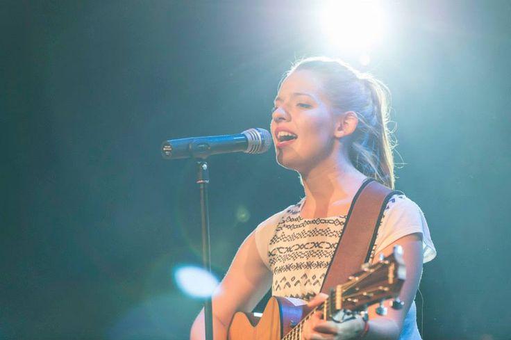 """""""Ein dramatisches Ereignis in  der Kalandgasse"""" – Eine Kurzgeschichte in Bild und Form zum Titel """"Freitag, der 13., 15:20 Uhr"""" mit musikalischer Untermalung  durch die 24-jährige Celler Sängerin Sarah Mertins."""