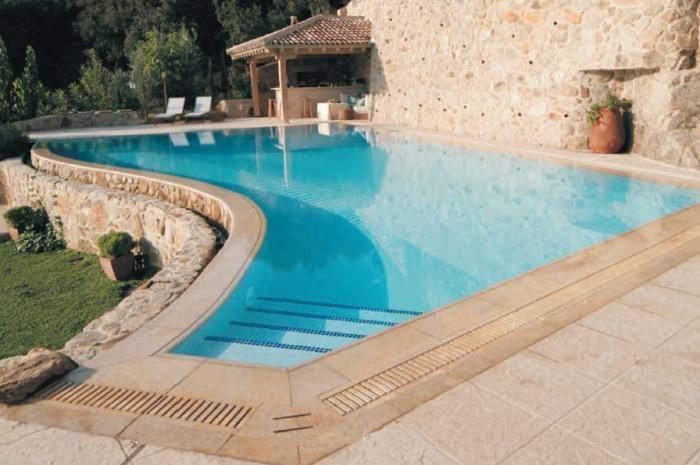 12 esempi di griglie per piscine con bordo a sfioro |  Rassegne tematiche di nuovi prodotti, tecnologie ed accessori per piscine | Sport Industry Directory