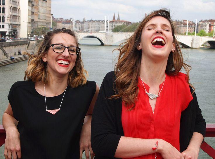 Tout en sourire, Stéphanie porte le collier Aki rouge et Pauline porte le collier Aya noir.