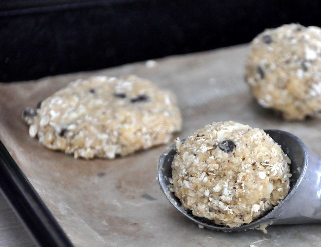 Ces cookies sont vraiment tip top, crunchy et moelleux à la fois, ils calent bien avant un petit footing ou une compèt de badminton ! Pour 20 cookies environ, il vous faudra : 250g de flocons d'avoine 100g de pépites de chocolat 150g de farine 1 oeuf...