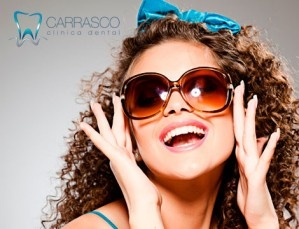 Consigue una sonrisa radiante con la sesión de blanqueamiento dental LED y la limpieza bucal de la Clínica Dental Carrasco, a un precio reluciente