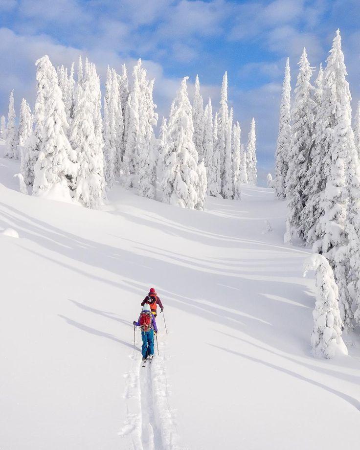 Photodu#Canadagrammeur@pebbleshooet@springmcclurg:En pleine randonnée de ski en quête d'épaisse poudreuse au parc provincial Wells Gray, en Colombie-Britannique. #ExploreBC via @explorecanada / Instagram