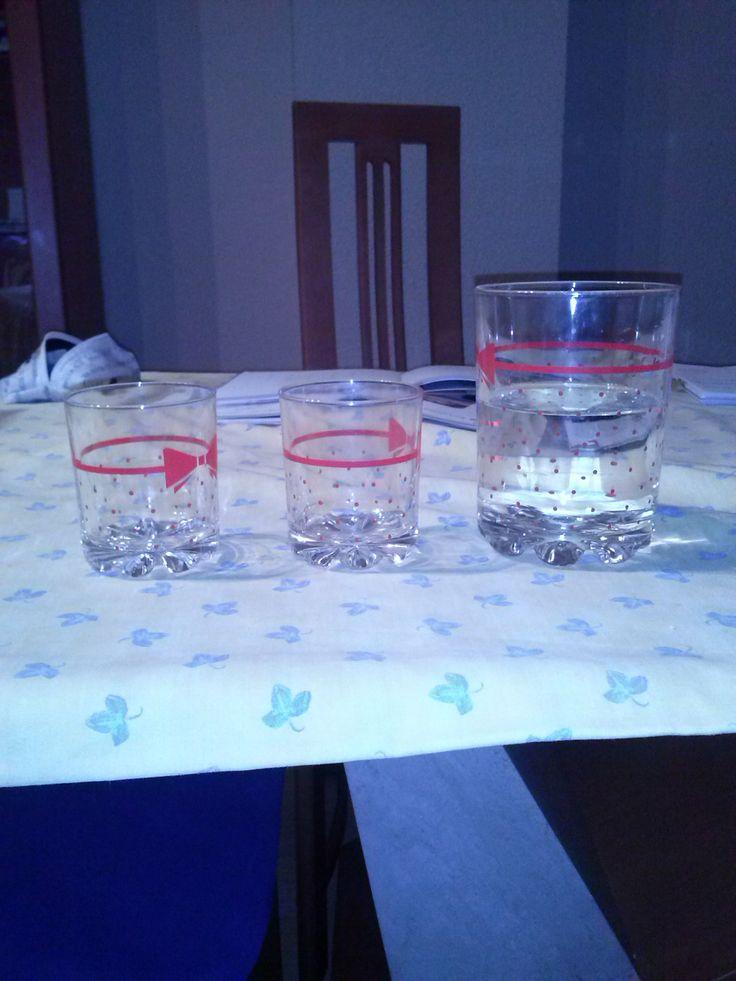 De dos vasos pequeños y uno grande y la fracción es 2/1
