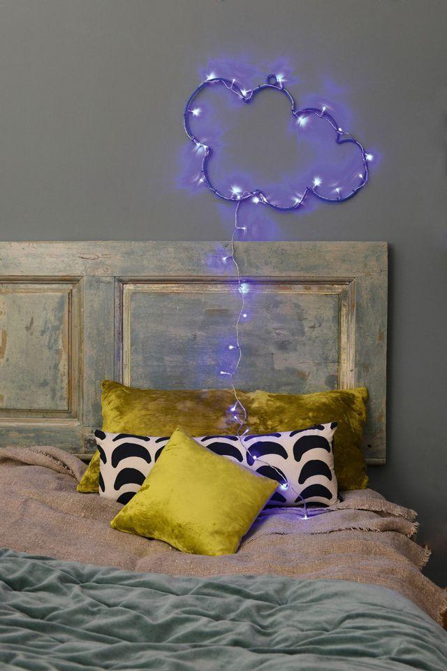Un décor lumineux pour égayer la tête de lit à Noël.