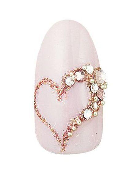 花嫁の大好きな甘いピンクをベースに細いラインでラメのハートを描きました。ランダムに飾ったラインストーンが可愛い。