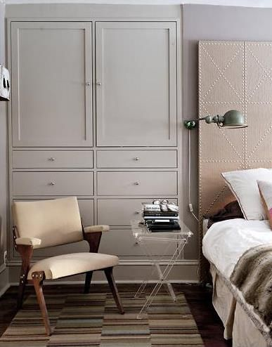 Article says the *wallls* are Benjamin Moore 'Amherst Gray' HC-167, which is actually quite a dark shade, with green in it. Not sure if they mean the wall behind the bed or the cabinets, which look more like this shade.