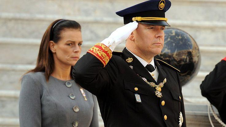 Prinz Albert II. und Prinzessin Stéphanie während einer Zeremonie anlässlich des Nationalfeiertages von Monaco am 19. November 2009. © dpa - Report Fotograf: Almondo Olivier