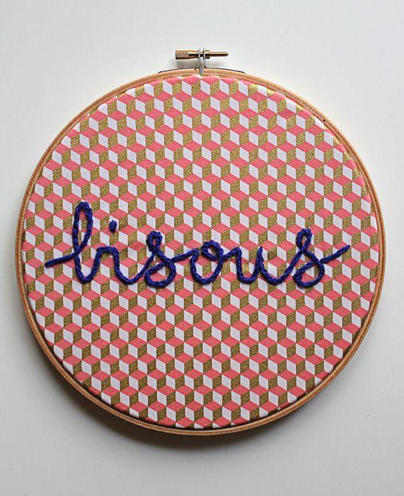 Tambour à broder décoratif.Tissus imprimé graphique, brodé à la main. Personnalisable.