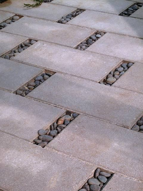 Divertida forma de usar piso drenante e seixos.