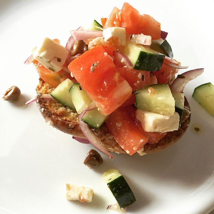Insalata greca: pomodori, Feta, cetrioli, olive, origano, sale, pepe, olio