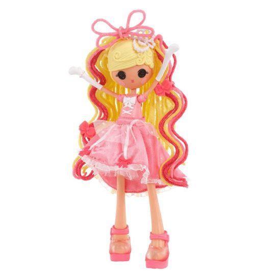 Met deze Lalaloopsy Girls Crazy Hair – Cinder Slippers kun je de mooiste kapsels maken. Ze is gemaakt van de jurk van Assepoester. Ze moet vanavond naar een bal toe en moet haar kapsel nog mooi maken. Kun jij misschien helpen?