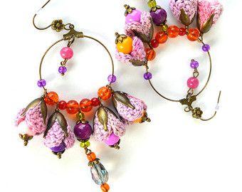 Eleganti orecchini con un look vintage. Funzionano molto bene per outfit casual sia speciale. I fiori sono alluncinetto in filo di cotone sottile di buona qualità. Ho aggiunto perle di vetro in vari formati e bei cristalli. Non sono presenti elementi incollati, gli orecchini sono molto resistenti e leggeri. Molto comodo da indossare nonostante le dimensioni. Elementi di tipo metallo bronzo (nichel), tappi in silicone. Lunghezza totale (compreso earrwires) è di 9cm (3.55 inch). Diametro del…