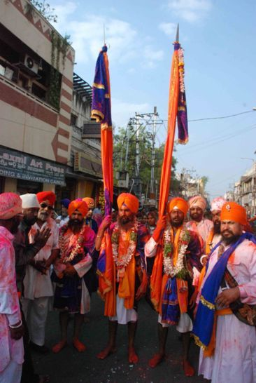 Sikhs celébrant Hola Mohalla festival : http://www.sikhnet.com/news/sikhs-celebrate-hola-mohalla-festival-hyderabad