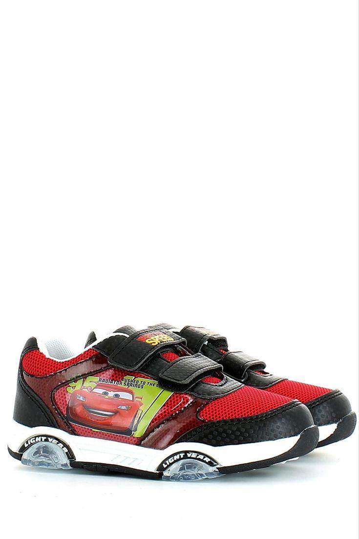 Sneaker con strappi in tessuto tecnico a rete rosso di Cars, con inserti in ecopelle nera e la macchina raffigurata lateralmente, soletta estraibile e fondo gomma. Il tocco in più? Le luci a intermittenza blu e rosse che si accendono ad ogni passo del tuo bambino! http://www.langolo-calzature.it/it/cars-sneaker-rossa-e-nera-con-strappi-e-luci-53289