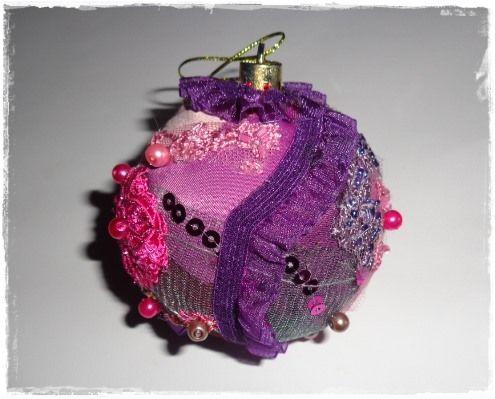 Glob 1930 - realizat dintr-un mix de dantela, matase, tulle brodat si diferite strasuri si paiete. Glob Rose realizat din tulle cu strasuri. Glob Sampanie - realizat din ...