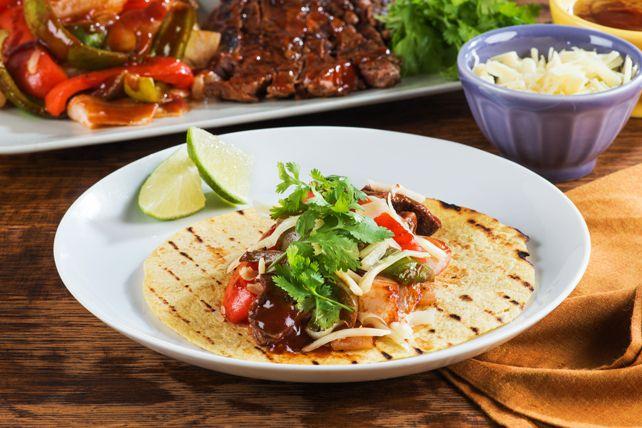Vous frapperez un coup sûr en préparant cette recette gagnante sur votre barbecue. Du bifteck, des poivrons et des oignons dans une sauce barbecue savoureuse, et le tour est joué!