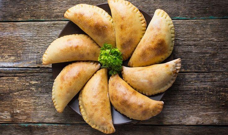 Πεντανόστιμα και πάντα πετυχημένα τυροπιτάκια με ζύμη κουρού. Ετοιμάζονται εύκολα και αρέσουν σε όλους. Το τέλειο σνακ για τσιμπολόγημα όλες τις ώρες της ημέρας. Μέσα στη γέμιση μπορείτε να προσθέσετε ό,τι μυρωδικό σας αρέσει.