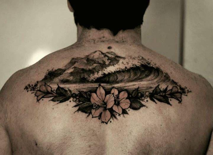 Tatuaje de una ola Hawaiana de estilo sketch en la parte superior de la espalda.