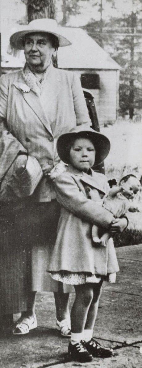 Prinses Beatrix met Oma Wilhelmina