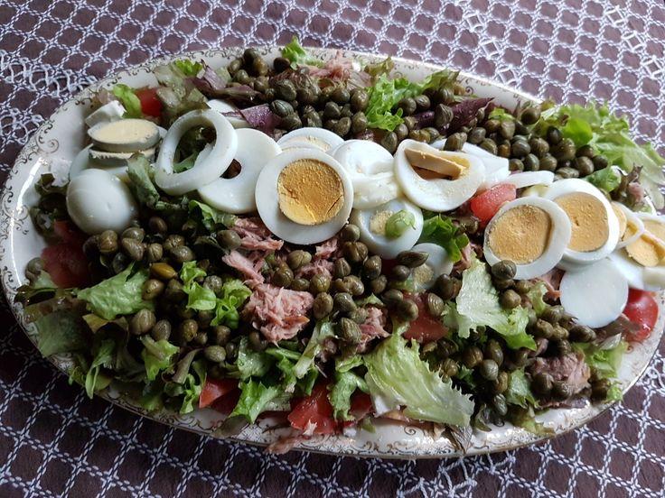 sla uit eigen moestuin met tomaat, ei, tonijn en kappertjes.