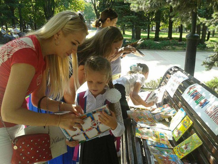 """""""ЧИТАЕШЬ ТЫ, ЧИТАЮ Я, ЧИТАЕТ БЕЛАЯ РОМАШКА ВСЯ!»  В последнее время пользуется популярностью выход библиотекарей за стены библиотек – на улицы, в парки, скверы для того, чтобы записать новых читателей, предложить им интересные книги, познакомить с новинками, организовать и провести различные мероприятия.     6 сентября в Комсомольском парке сотрудники библиотек - филиалов № 3, 7, 10 совместно провели акцию «Читаешь ты, читаю я, читает Белая Ромашка вся!». На «Читающей скамейке»…"""