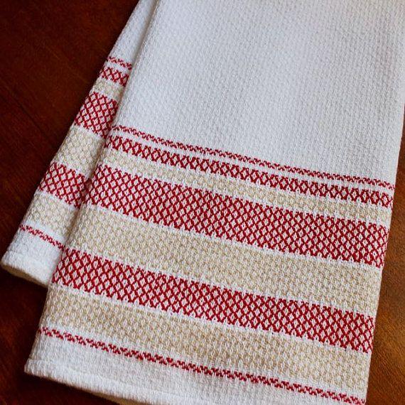 Aperçu : Serviette d'une grande et belle tissé à la main du chef, avec un fond blanc lumineux et audacieux bandes de coton naturel et rouge vif. La combinaison de la structure de fibre et armure de faire pour un torchon très absorbant et longue tenue qui obtiendra même plus doux avec le temps. Taille : Un généreux 29,5 pouces par 18 pouces. Style : Tissé à la main, dans une variante de sergé appelée rosepath. Contenu : Coton et cottolin, un mélange coton et lin. Couleurs : Fond blanc avec...