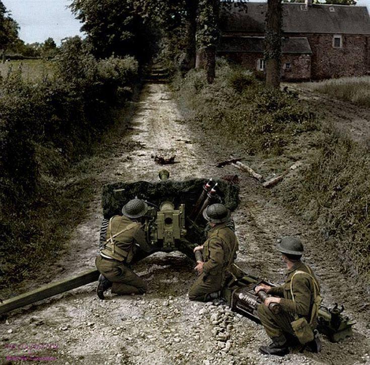 Membros da 50 divisão de infantaria britânica defendendo posições com uma arma antitanque na Normandia.
