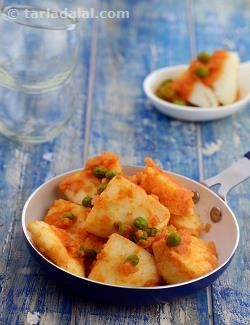 Idli curry is a sweet and tangy curry of leftover idlis perked up with tomato purée, onions, ginger and sambhar masala. It can be served as a starter or snack in its own right, or as an accompaniment to a main course.