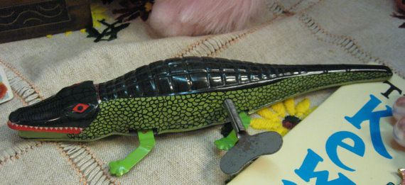 """Alligator Tin Toy Key Wind Vintage Gator scurrys Across Floor Mouth Opens and Closes 9"""" Long Great Shape"""