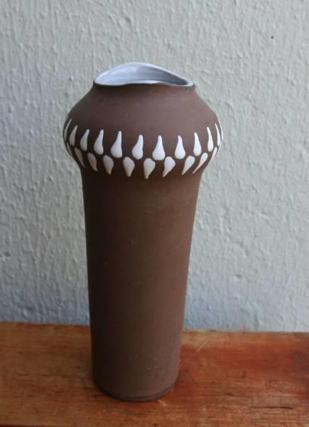 Heftig retro keramikkvase fra Larholm. Disse vasene går av eller annen grunn langt høyere i Sverige enn i Norge, selv om de er norske. Høyde 19cm. I god stand.