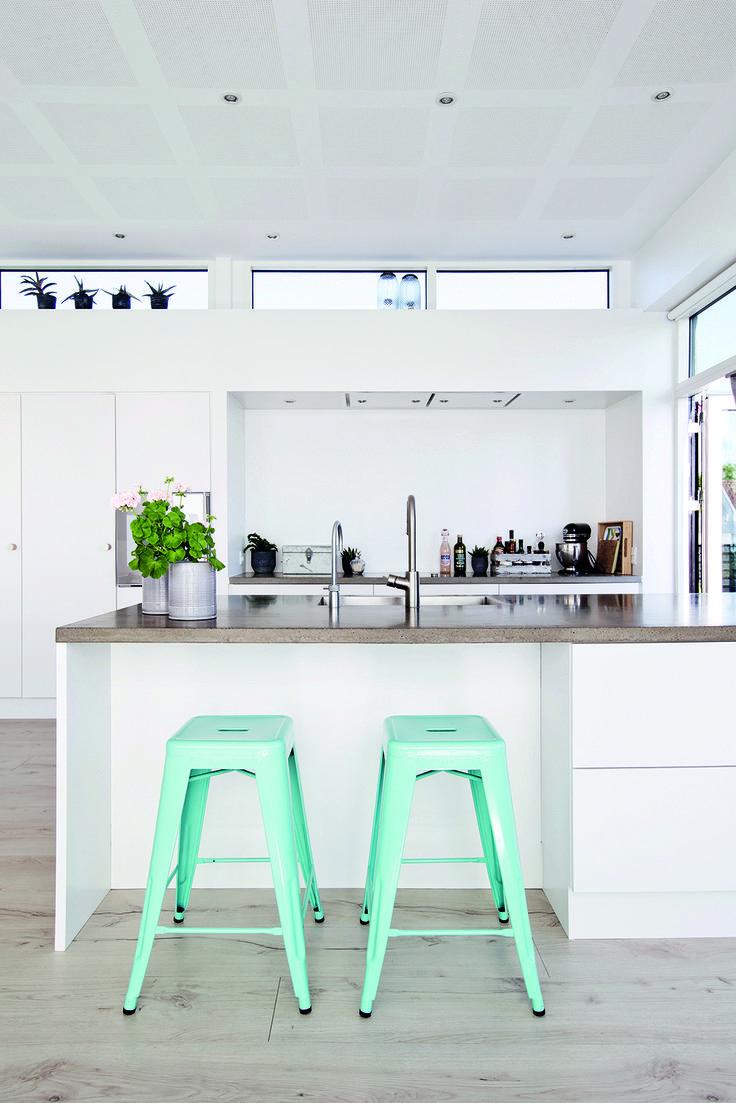 Når man har udsigt over vandet, skal udsigten kunne nydes fra det rum, man er mest i: nemlig køkkenet. Derfor vendte familien planløsningen på hovedet med et stort køkken-alrum på første sal med udgang til knap 100 m2 tagterrasse og udsigt over Horsens fjord.