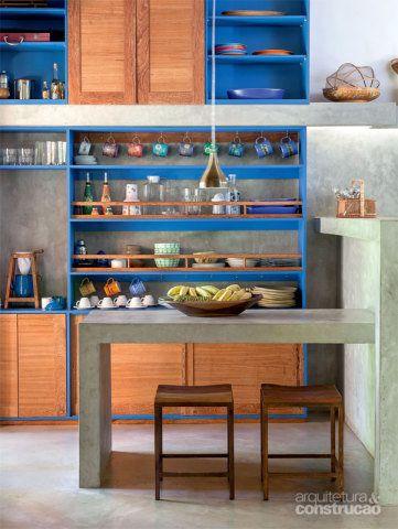 A cozinha resgata o tom azul das esquadrias. De resto, os armários exibem portas de angelim-pedra. Projeto de Amadeo Romero.