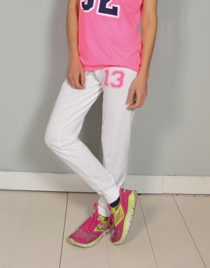 Combina tus camisetas con pantalones pitillo de chandal o jogging de Chic.