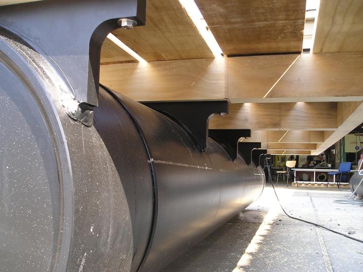 Veel van onze klanten willen graag hun eigen #drijvende steiger samenstellen, de een zal het van vurenhout maken en de ander zal een hardhouten dek constructie op een gegalvaniseerd frame monteren. Ook GVK roosters of gemodificeerd hout zoals Accoya worden regelmatig toegepast. Daarom leveren wij doorgaans alleen de #drijflichamen, met deze #HDPE #drijvers worden vervolgens drijvende #pontons, boothuizen, #aanlegsteigers maar ook vlotten gebouwd waarop een zeilboot komt te liggen.