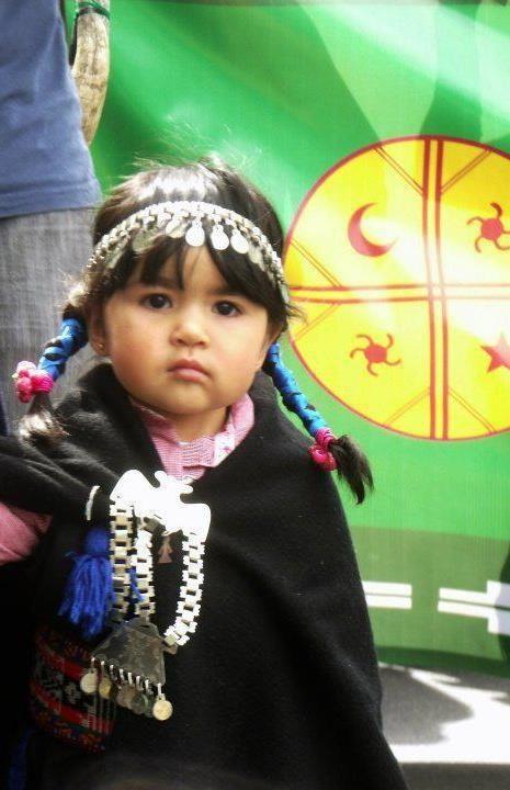 mapuche bir kızılderili kabilesi,şili ve arjantinde yaşıyorlar ve bu da ordan küçük bir kız
