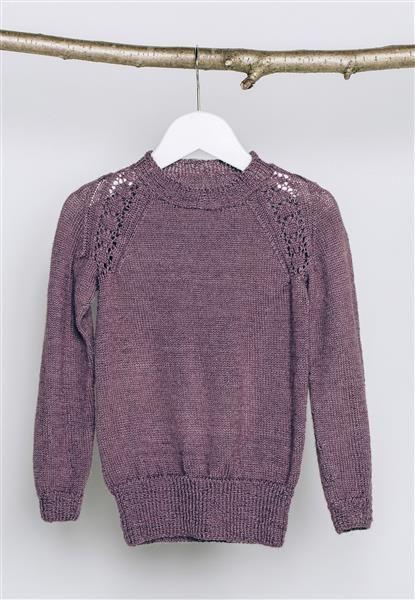 1502: Modell 21 Genser med mønster i raglanfellingen #alpakka #strikk #knit