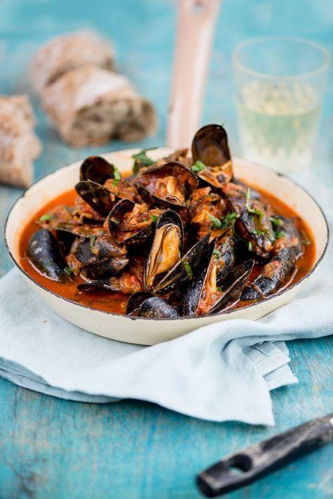 Een keer iets anders dan mosselen gekookt in bier of wijn: deze mediterrane mosselen in tomatensaus! We kregen dit recept van Bart van Olphen, die nu ook Zeeuwse mosselen in zijn Fish Tales-assortimen