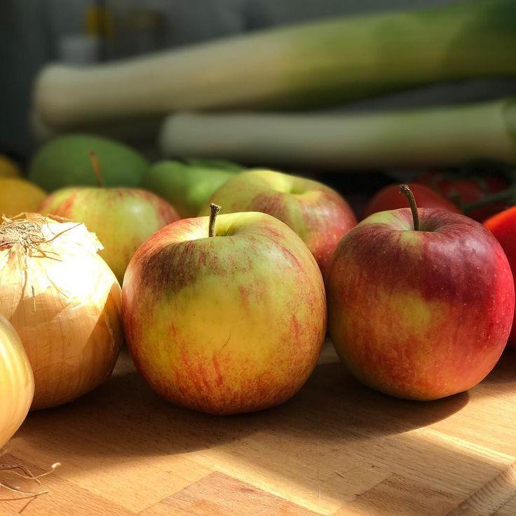 """""""An apple a day keeps the doctor away."""" is probably BS ( hieronder) but apple cucumber salad with fresh lemon juice honey and fresh mint tastes amazing!! ______________________________ Hmmm in het Engels rijmt het leuk maar er staat dus dat elke dag een appel eten de dokter buiten de deur zou houden. Is waarschijnlijk onzin maar een appel komkommer salade met verse citroensap honing en verse munt smaakt wel waanzinnig lekker!  _____________________________ #healthyfood #health #gezond #slank…"""